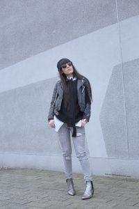 streetstyle-veste-en-cuir-maje-paris-pantalon-gris-ikks