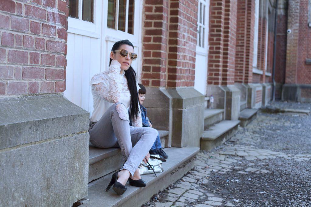 blouse dentelle blanche shein et jeans destroyed ikks